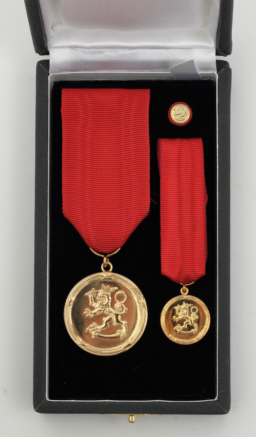 Suomen Leijonan Pro Finlandia -mitali annetaan kotelossa alkuperäiskokoisen mitalin ja pienoiskunniamerkin kanssa. Lisäksi kotelossa on Pro Finlandia -mitalin kunniamerkkitunnus.