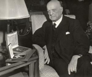 Sibelius 85-vuotispäivänään 8.12.1950. Suomen Valkoisen Ruusun suurristin rintatähti jalokivineen on kotelossaan pöydällä. Schubertiade Music & Arts