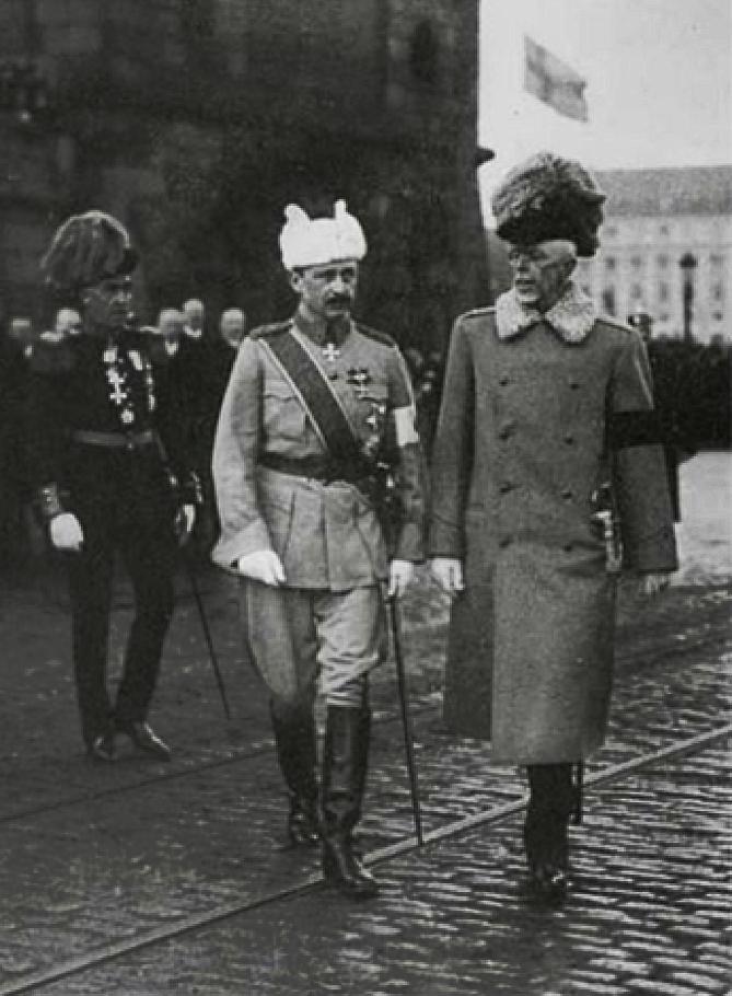 Ruotsin kuningas Kustaa V vastaanotti ensimmäisen Suomen Valkoisen Ruusun suurristin ketjuineen